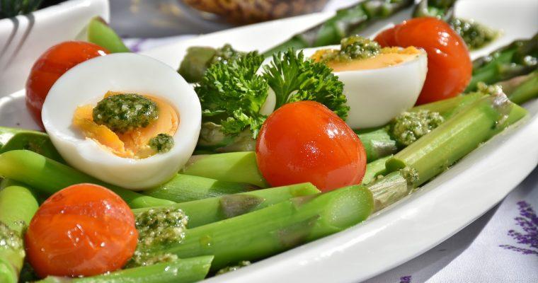 Яйца с аспержи и чери домати